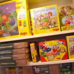 Haba-Spiele im Regal bei Numero 16 Spielzeugladen