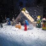 Haba Weihnachtskrippe im Fenster (unscharf)