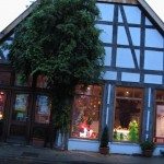 Das Haus Numero 16 mit Schaufenstern im November