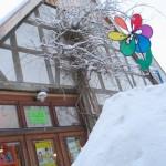Numero 16 am Heiligabend mit einem Berg Schnee vorm Haus.