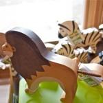 Figuren von Holztiger: Löwe und Zebras