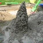 Ein hohler Sandturm gebaut mit der famosen Haba-Kleckertüte