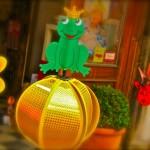 Windspiel Froschkönig mit goldener Kugel und Krone bei Numero 16