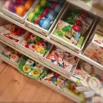 Kinderwagenketten im Regal / Glueckspilz / Numero-16-Spielzeugladen